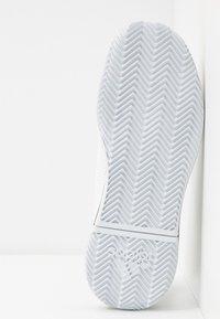 adidas Performance - DEFIANT BOUNCE 2 - Kengät kaikille alustoille - footwear white/core black - 4