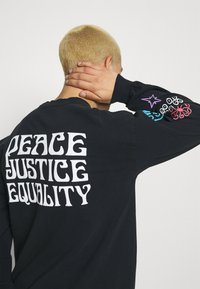 Obey Clothing - PEACE JUSTICE EQUALITY - Pitkähihainen paita - off black - 3