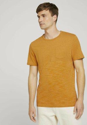 MIT BRUSTTASCHE - Print T-shirt - yellow white base melange