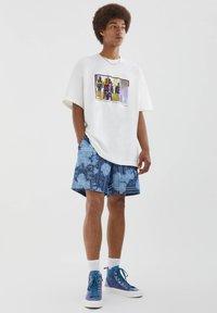 PULL&BEAR - MIT BUNTEM SLOGAN - Print T-shirt - white - 1
