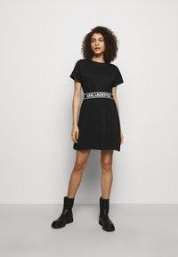 KARL LAGERFELD - LOGO TAPE DRESS - Sukienka z dżerseju - black - 0