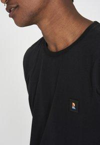 recolution - RECO BADGE - Basic T-shirt - black - 3