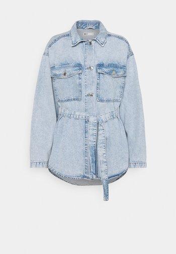 BELTED SHACKET - Denim jacket - blue