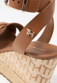 Tommy Hilfiger - TH RAFFIA HIGH WEDGE SANDAL - Sandalias de tacón - summer cognac - 2
