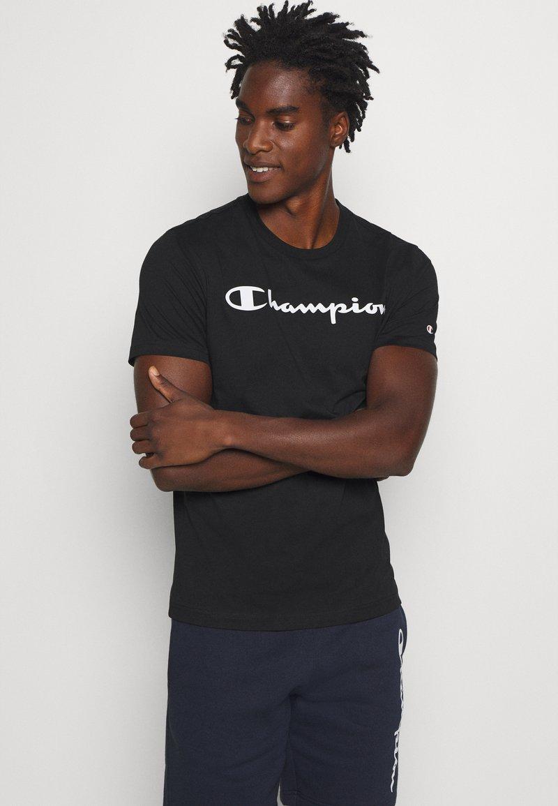 Champion - LEGACY CREWNECK - Print T-shirt - black