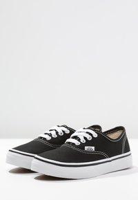 Vans - AUTHENTIC - Tenisky - black/true white - 4