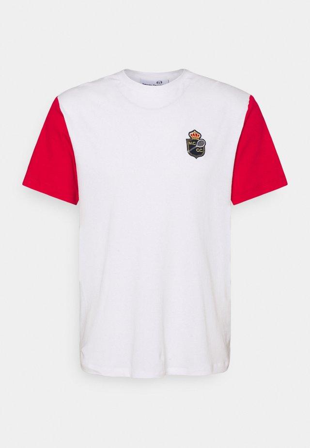 RAINIER - Print T-shirt - blanc de blanc/tango red