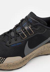 Nike Performance - PEGASUS TRAIL 3 DATR - Löparskor terräng - black/anthracite/hyper royal/summit white - 5