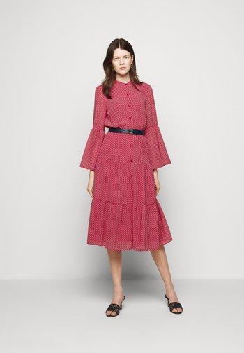 PRINTED BELTED SHIFT DRESS - Paitamekko - crimson