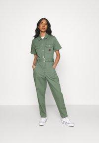 Tommy Jeans - BOILER SUIT - Jumpsuit - desert olive - 0