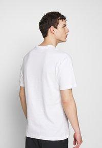 Chi Modu - SHOOK ONES - Print T-shirt - white / black - 2