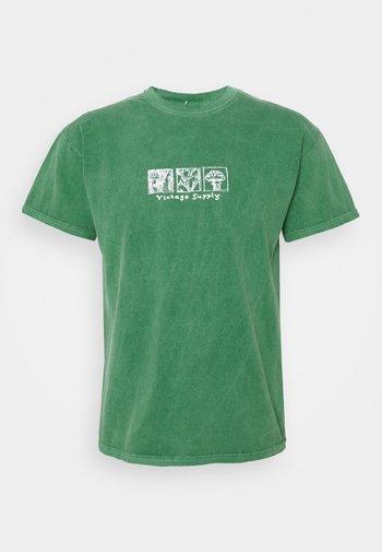 WASHED MUSHROOM TILE PRINT TEE - Print T-shirt - green