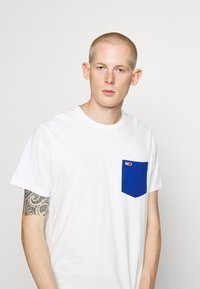 Tommy Jeans - CONTRAST POCKET TEE  - Print T-shirt - white - 3