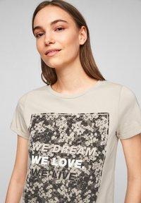 QS by s.Oliver - MIT FRONTPRINT - Print T-shirt - beige - 3
