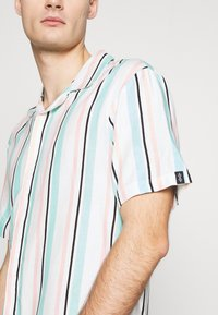 Common Kollectiv - UNISEX STRIPED SHORT SLEEVE - Shirt - white - 4