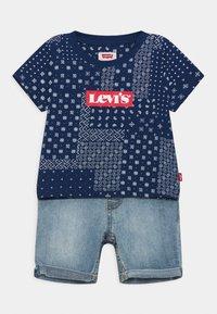 Levi's® - LVB SS DENIM SHORT SET - Triko spotiskem - estate blue - 0