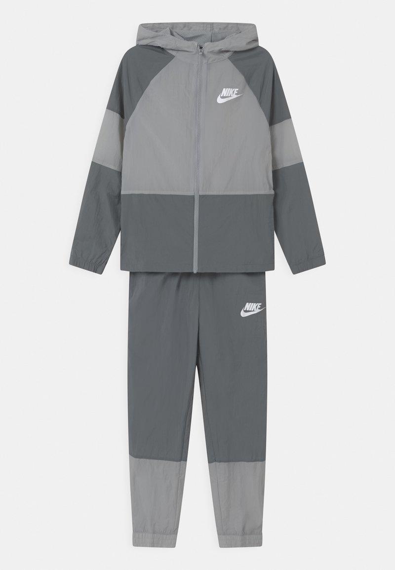 Nike Sportswear - SET UNISEX - Sportovní bunda - smoke grey/white