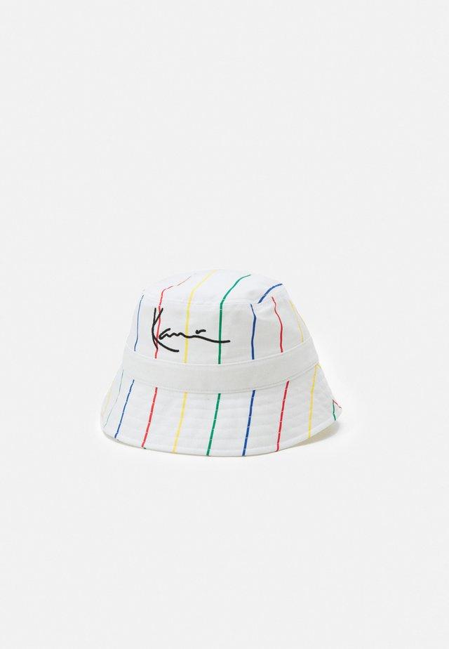 SIGNATURE PINSTRIPE BUCKET HAT UNISEX - Hoed - white