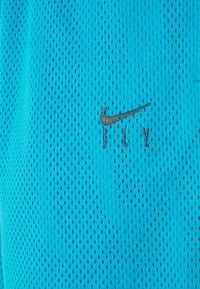 Nike Performance - FLY ESSENTIAL SHORT - Krótkie spodenki sportowe - laser blue/smoke grey - 6