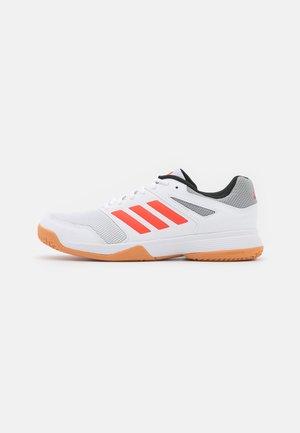 SPEEDCOURT INDOOR SPORTS - Volejbalové boty - footwear white/solar red/grey two
