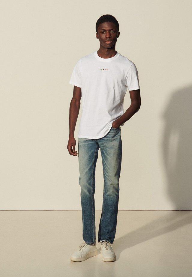 SOLID TEE RAINBOW - T-shirt z nadrukiem - blanc