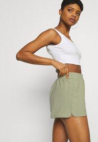 Monki - Shorts - blue light/green - 6