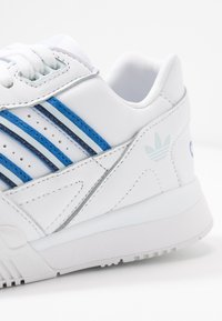 adidas Originals - A.R. TRAINER - Sneakersy niskie - footwear white/blue/sky tint - 2