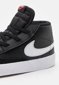 Nike Sportswear - BLAZER MID '77 UNISEX - Baskets montantes - black/white/team orange - 5