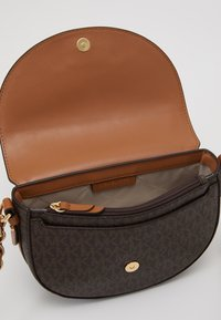 MICHAEL Michael Kors - JET SET CHARM DOME - Schoudertas - brown/acorn - 3