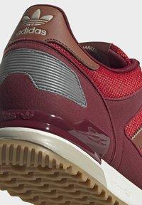 adidas Originals - ZX 700 SCHUH - Trainers - red - 8