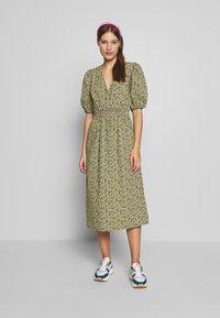 JUST FEMALE - DOVE DRESS - Kjole - black/yellow - 0