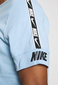 Nike Sportswear - REPEAT TEE - T-shirt med print - psychic blue/black - 5