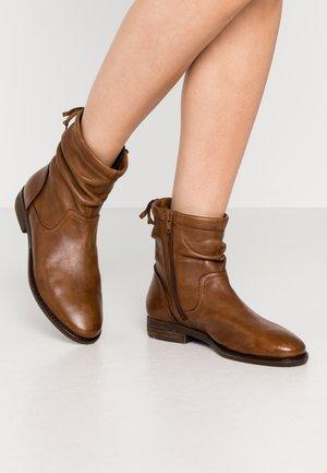 CAROLINE - Kotníkové boty - cognac