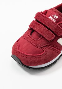 New Balance - IV420YY - Sneakersy niskie - scarlet - 2