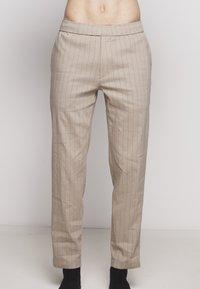 Theory - GRAHAM ALARO STRIPE - Pantalon classique - beige stone - 7