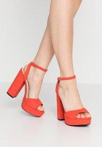 Vero Moda - VMCLOVER  - Sandály na vysokém podpatku - aurora red - 0