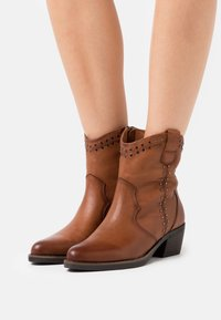 Carmela - LADIES BOOTS  - Cowboy/biker ankle boot - camel - 0