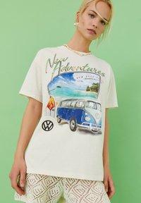 PULL&BEAR - VOLKSWAGEN BULLI - T-shirt con stampa - white - 4