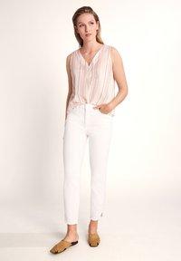 comma casual identity - 7/8-LÄNGE - Slim fit jeans - white - 1