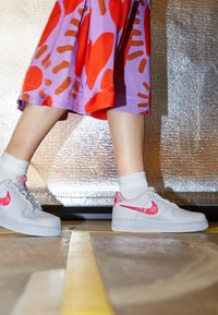 Nike Sportswear - AIR FORCE 1 - Sneakers laag - white/sunset pulse/black/clear - 2