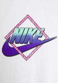 Nike Sportswear - TEE BEACH ROLLERBLADER - T-shirts print - white - 2