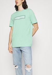 adidas Originals - LINEAR LOGO TEE - Camiseta estampada - clear mint - 3