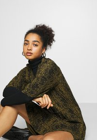 Soaked in Luxury - ZAYA DRESS - Denní šaty - olive - 3