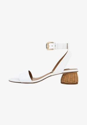 Varrelliset sandaalit - white