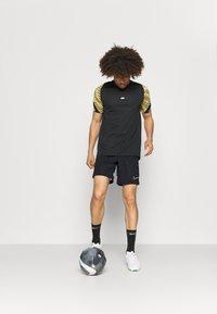Nike Performance - SHORT - kurze Sporthose - black/white/saturn gold - 1