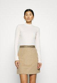 Calvin Klein Jeans - MOCK NECK TEE - Long sleeved top - soft cream - 0