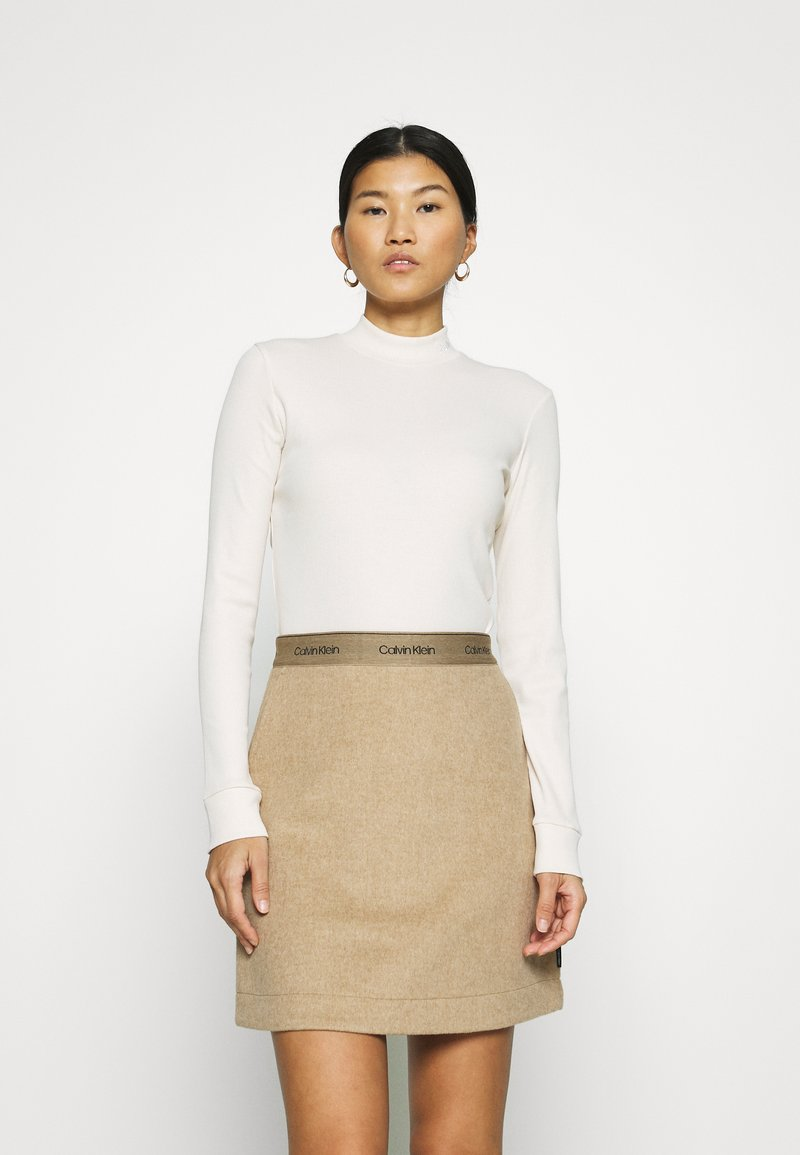 Calvin Klein Jeans - MOCK NECK TEE - Long sleeved top - soft cream