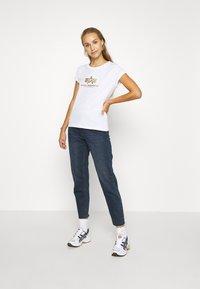 Alpha Industries - NEW FOIL - T-shirt print - white/metal gold - 1