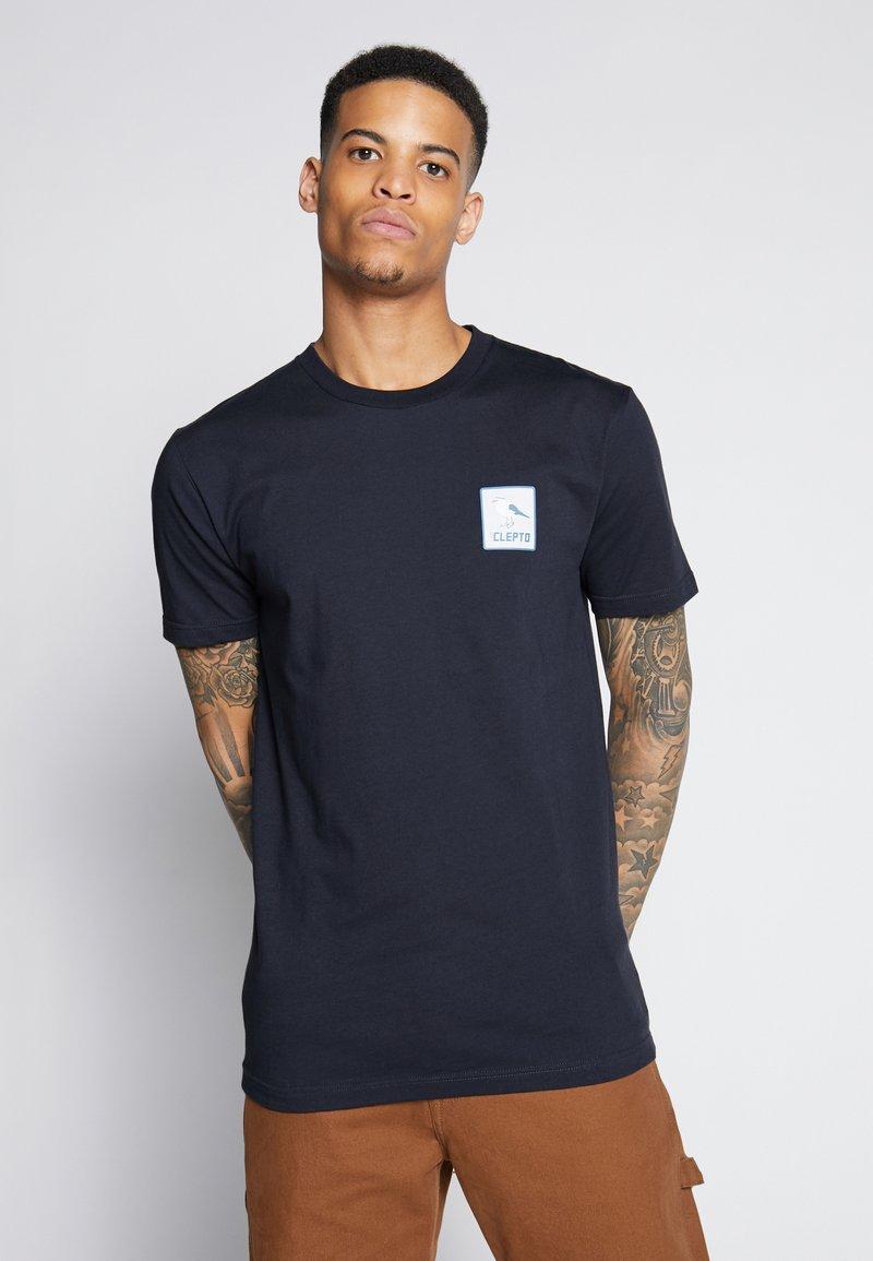 Cleptomanicx - RUN GULL - Print T-shirt - phantom black