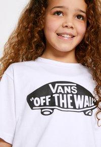 Vans - BY OTW BOYS - T-shirt con stampa - white/black - 4